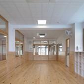 全教室、廊下の床は柔らかい節入りの無垢のヒノキ材です。