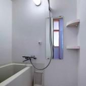 広いスペースで、体をしっかり洗えます。