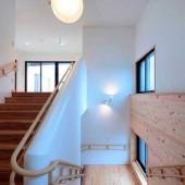 緩やかな勾配で、手すりも2段ある安全に配慮した階段です