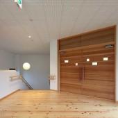 木製の温かみのあるドアです。