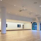 縦横13mととても広々としており、床はヒノキ材です。
